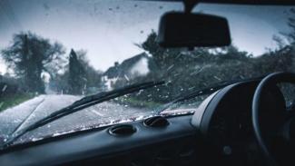 Mengemudi mobil di tengah hujan. Foto ilustrasi.