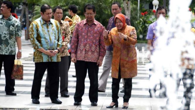 Wali Kota Surabaya, Tri Rismaharini, menjelaskan mekanisme air mancur di depan Balai Kota Surabaya kepada para kepala daerah pada Kamis, 12 Maret 2015.