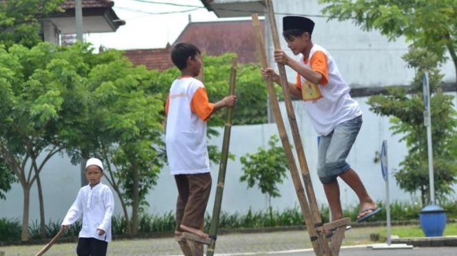 Anak-anak bermain Egrang di Kepanjen Malang, Minggu 15/3/2015