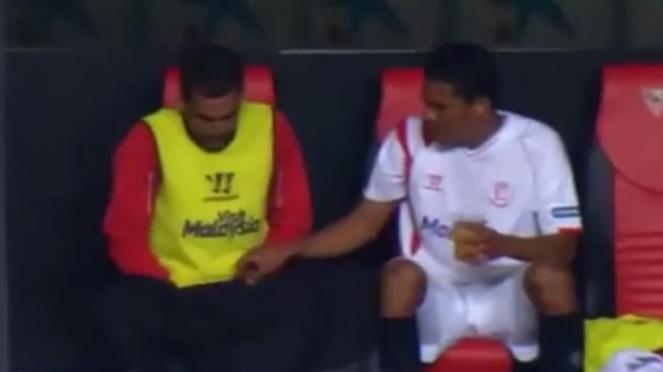 Fernando Navarro buang air.