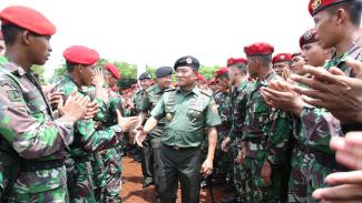 Panglima TNI Jenderal TNI Moeldoko dan Prajurit Kopassus