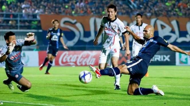 Pemain Suphanburi FC, Sergio van Dijk cetak gol