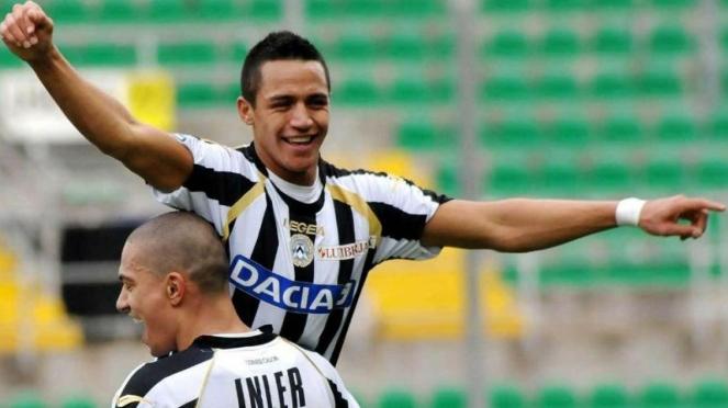 Alexis Sanchez dan Gokhan Inler saat masih memperkuat Udinese