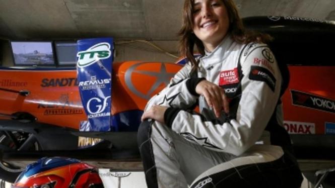 Pembalap Cantik Tatiana Calderon Kembali Ke Lintasan F1