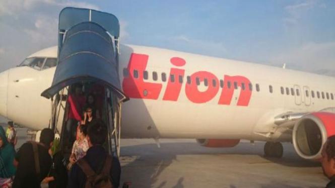 Penumpang keluar dari kabin Lion Air/Ilustrasi.
