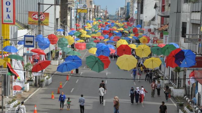 Ribuan Payung Hiasi Jalan Otista Bandung.
