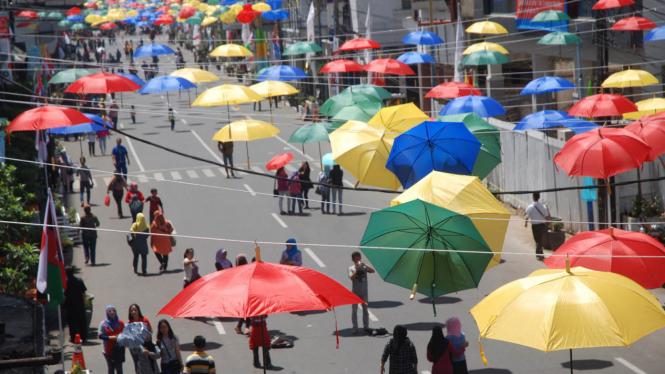 Ribuan Payung Hiasi Jalan Otista Bandung