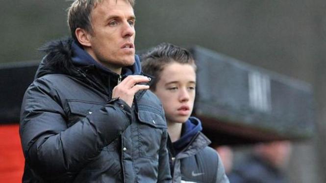 Phil Neville (kiri) dan anaknya Harvey (kanan)