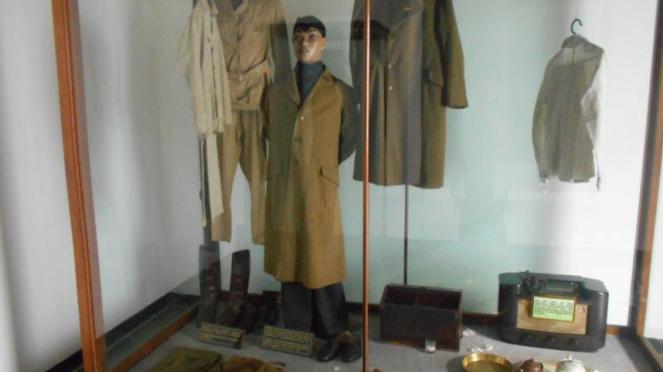 Jubah dan sepatu milik Jenderal Soedirman di Museum Sasmitaloka