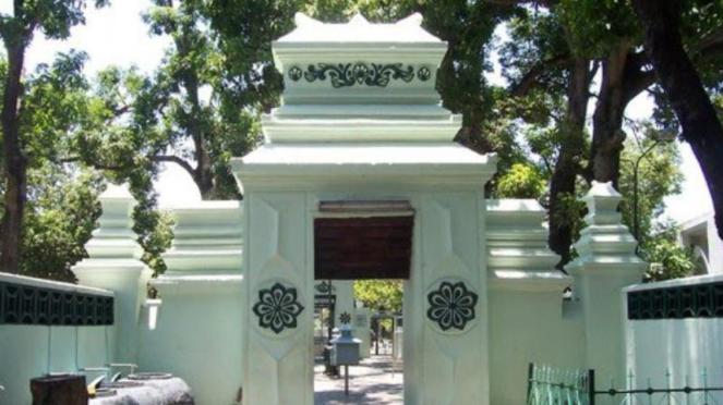 Gerbang masjid ke makam Sunan Ampel