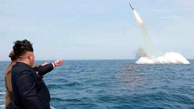 Kim Jong-un menyaksikan uji coba peluncuran rudal balistik dari kapal selam.