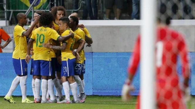 Para pemain timnas Brasil merayakan gol.