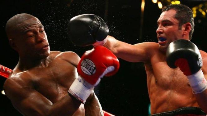 Oscar De La Hoya melawan Floyd Mayweather Jr
