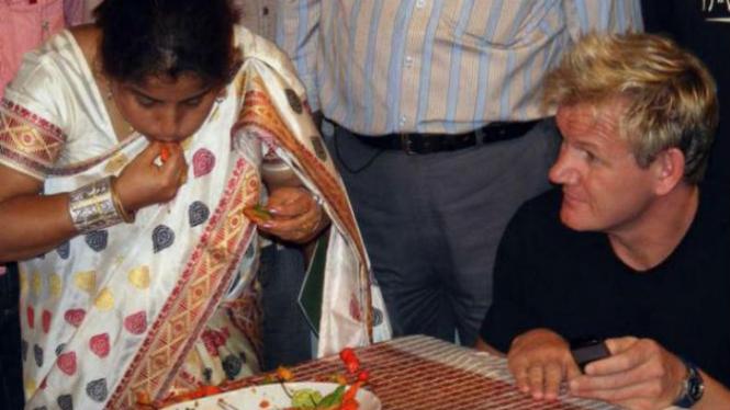 Aksi Anandita saat makan cabe terbanyak