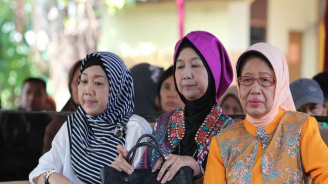 Sujiatmi didampingi dua adik Jokowi