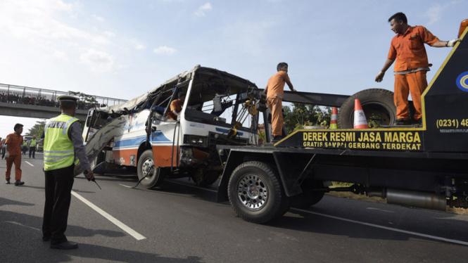 Polantas menjaga lokasi kecelakaan lalu lintas beberapa waktu lalu.