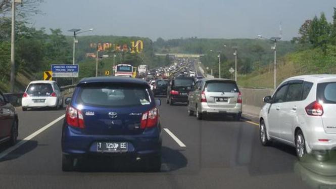 Antrean kendaraan di Tol Cipularang KM 100 arah Bandung.