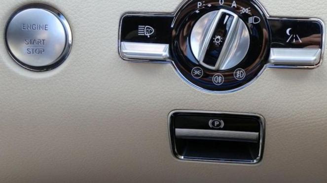 Rem tangan Mercedes-Benz.
