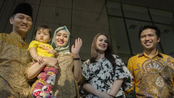 Bupat Emil Dardak dan Istri Arumi Bachsin (kedua kanan) didampingi Muhammad Nur Arifin dan Istri Novita Hardiny usai menyerahkan LHKPN di gedung KPK, Jakarta