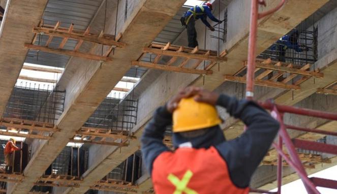 Buruh pekerja bangunan konstruksi jalan tol
