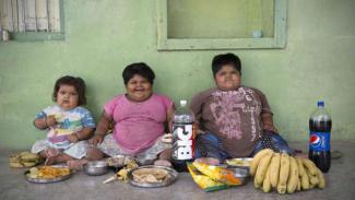 https://thumb.viva.co.id/media/frontend/thumbs3/2015/08/11/329620_anak-obesitas_325_183.jpg