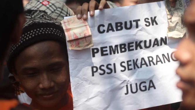 Aksi suporter Jakmania di depan Gedung Kementerian Pemuda dan Olahraga (Kemenpora), Jakarta, Selasa (11/8/2015).