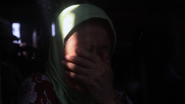 https://thumb.viva.co.id/media/frontend/thumbs3/2015/08/21/331707_wajah-sedih-warga-kampung-pulo-menyaksikan-rumahnya-dirobohkan_375_211.jpg