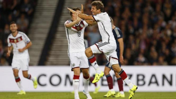 Thomas Mueller merayakan gol keduanya di Hamden Park