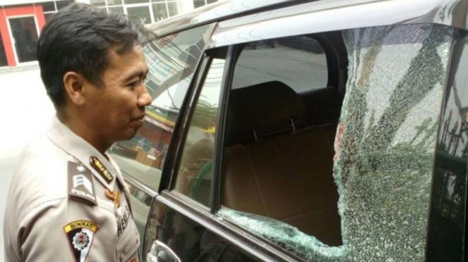 Ilustrasi kaca mobil pecah dilempar batu