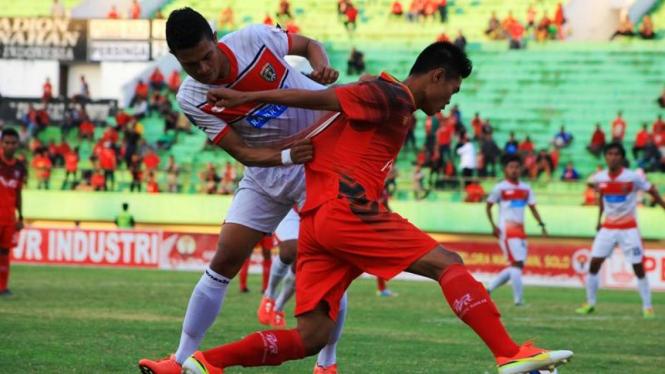 Pemain Persinga Ngawi (kiri) di Piala Kemerdekaan 2015