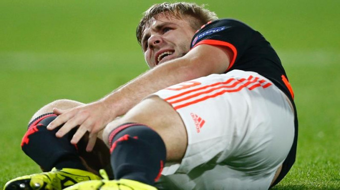 Bek Manchester United, Luke Shaw meringis kesakitan