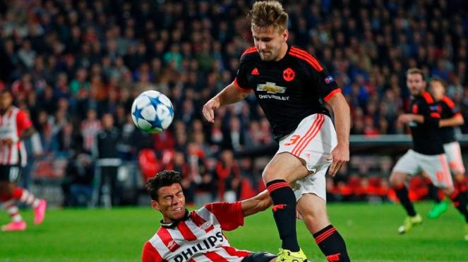 Tekel brutal Hector Moreno kepada bek Manchester United, Luke Shaw
