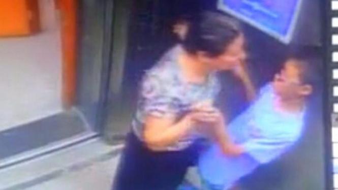 Aksi sang nenek nekat berusaha cium remaja di lift.