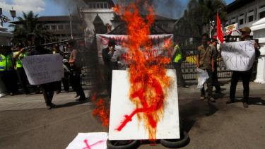 Ilustrasi pembakaran lambang Partai Komunis Indonesia (PKI).