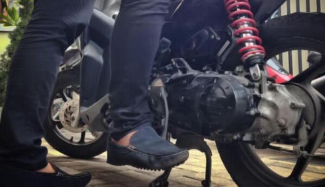 Hidupkan motor dengan kick starter.