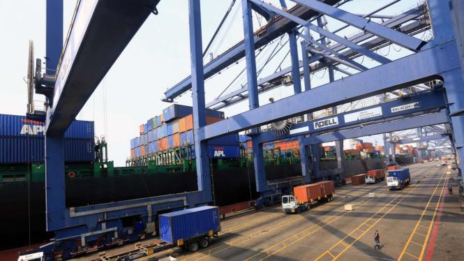 Aktifitas Bongkar Muat Peti Kemas di Pelabuhan Tanjung Priok, Jakarta.