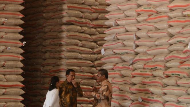 Presiden Jokowi  saat meluncurkan operasi pasar beras