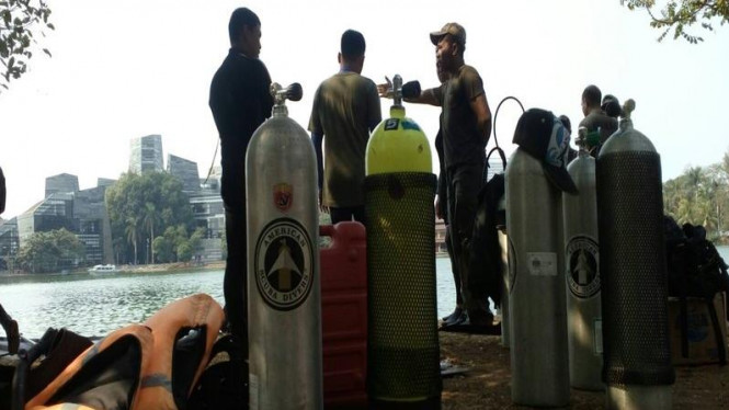 Petugas polisi saat hendak melakukan persiapan menyelam di Danau UI, Senin 5 Oktober 2015.
