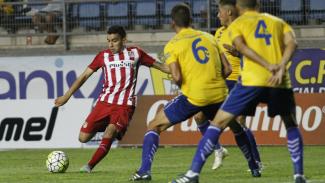 Pemain Atletico Madrid, Angel Correa, melakukan tendangan