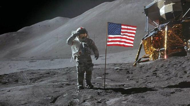 Astronot mendarat di Bulan.