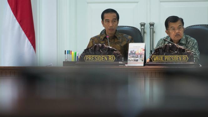 Presiden Joko Widodo (kiri) dan Wapres Jusuf Kalla (kanan) memimpin rapat kabinet terbatas