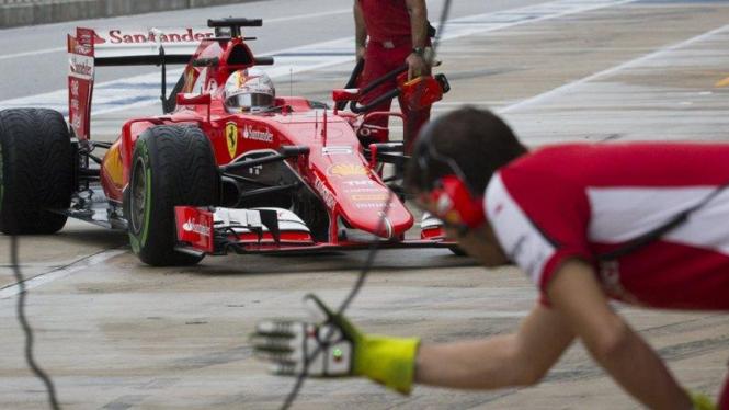 Pembalap Ferrari, Sebastian Vettel, memasuki pit dalam sesi latihan GP Amerika Serikat.