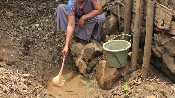 Krisis air bersih membuat warga secara sembarangan mengonsumsi air, yang bisa jadi tercemar bakteri e-coli.