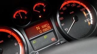 Indikator bensin nyaris habis (atas).
