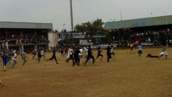 Aksi tawuran saat turnamen sepakbola di Depok.