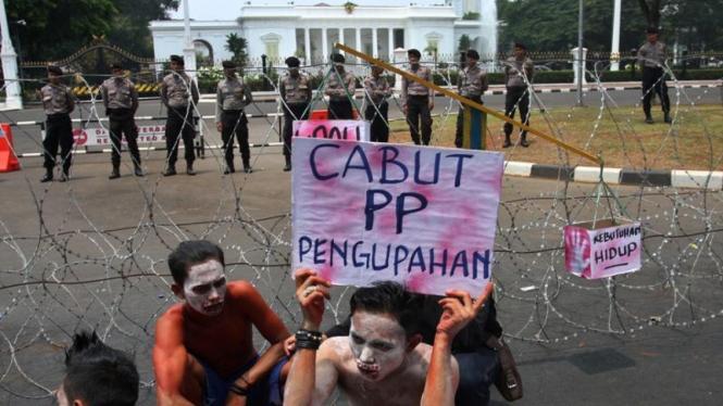 Ilustrasi demonstrasi buruh di depan Istana Negara