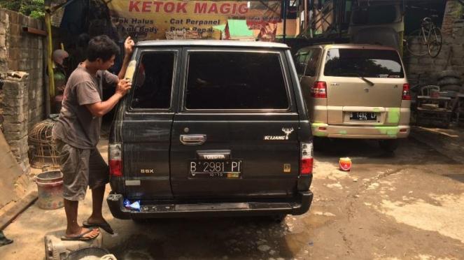 Ketok magic di wilayah Pramuka, Jakarta.