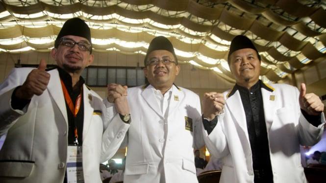 Presiden PKS Mohamad Sohibul Iman (tengah) bersama Hidayat Nur Wahid (kanan), dan Salim Segaf Al-Jufri (kiri) menghadiri Mukernas ke-4 PKS di Depok, Jawa Barat.