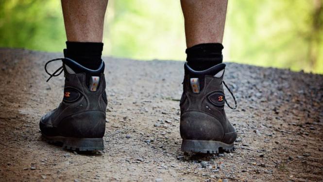 lustrasi kaki pria