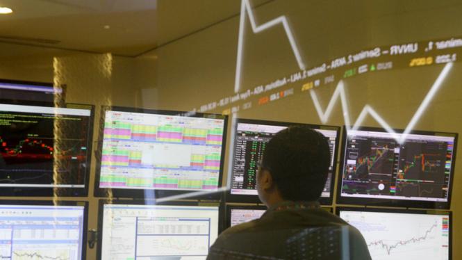 Seorang pelaku pasar sedang memantau pergerakan IHSG.